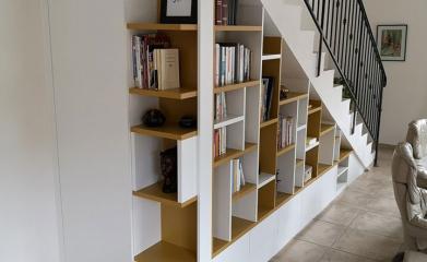 Création d'une bibliothèque sous escalier sur-mesure image 3