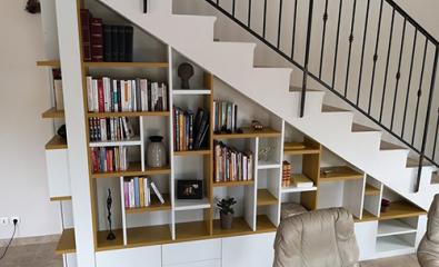 Création d'une bibliothèque sous escalier sur-mesure